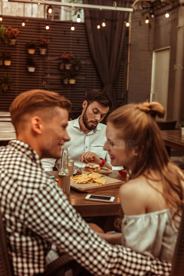 Красивый alluring flirting человека и женщины выглядящего славн молод-взрослого привлекательный жизнерадостный стоковое изображение rf