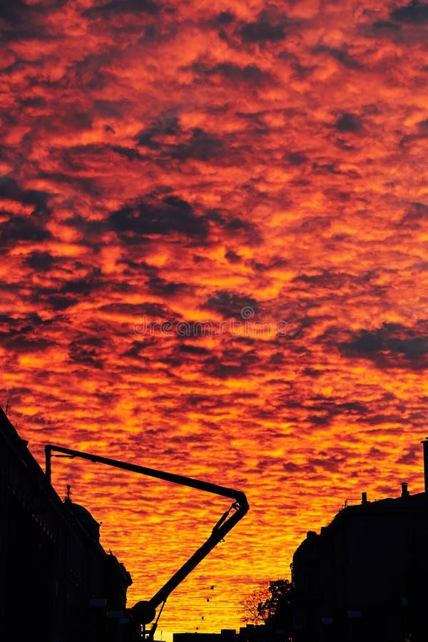 Красивый cloudly заход солнца с яркими насыщенными цветами над улицей города стоковое изображение rf