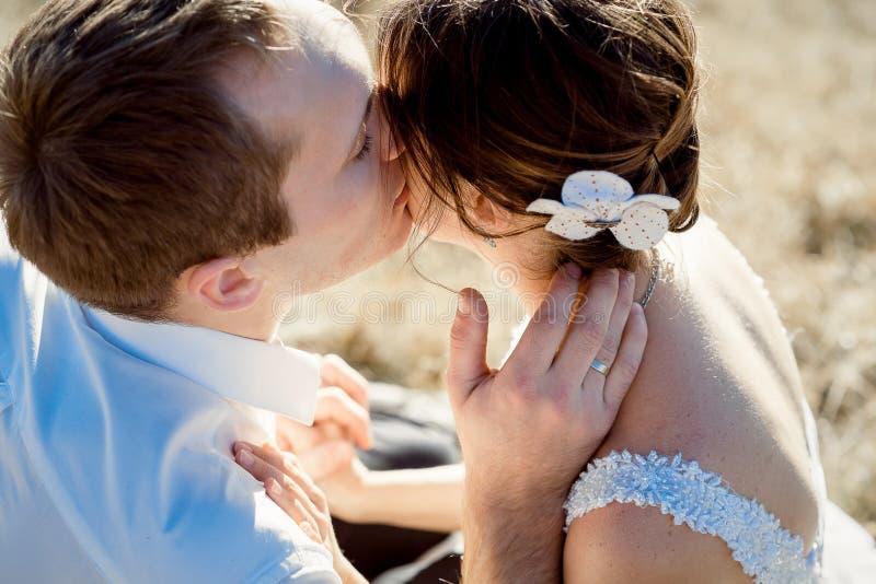 Красивый groom целует его красивый конец невесты вверх Взгляд сверху стоковое фото rf
