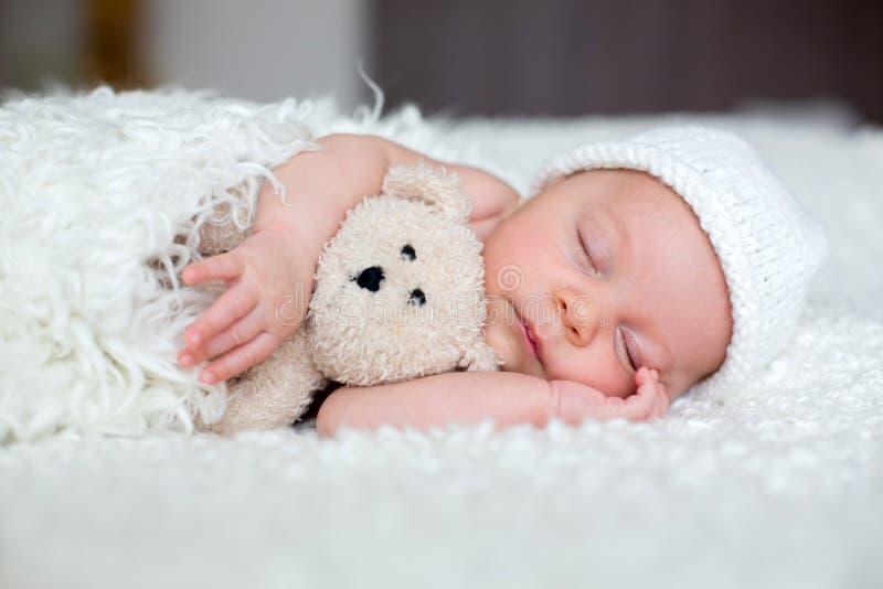 Красивый newborn ребёнок, спать стоковые изображения rf