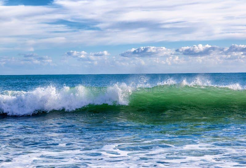 Красивый seascape, волна бирюзы с брызгает крены к th стоковые изображения rf