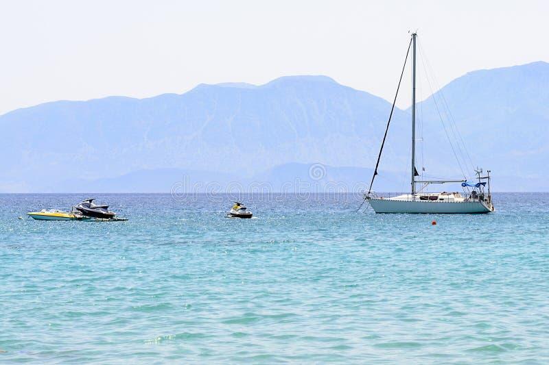 Красивый seascape с белой яхтой плавания в голубом море Понизил ветрила, затишье Концепция торможения, отсутствие цели, dropp стоковая фотография