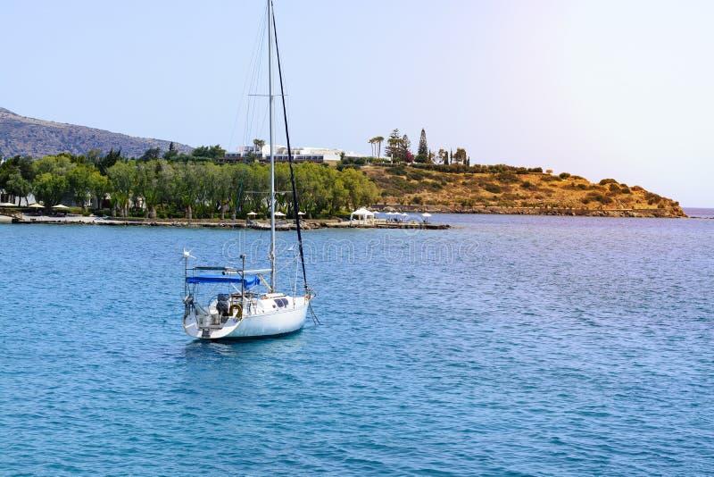 Красивый seascape с белой яхтой плавания в голубом море Понизил ветрила, затишье Концепция торможения, отсутствие цели, dropp стоковые изображения rf