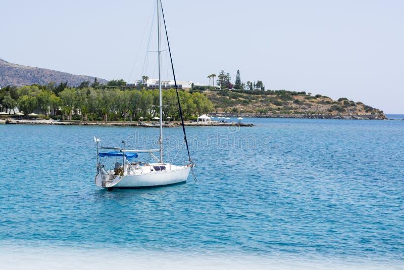 Красивый seascape с белой яхтой плавания в голубом море Понизил ветрила, затишье Концепция торможения, отсутствие цели, dropp стоковые фото