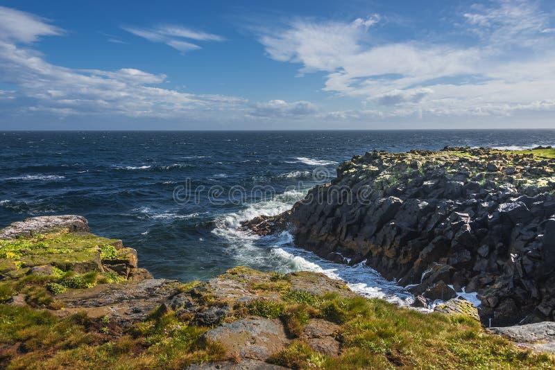 Красивый seashore острова близрасположенной Исландии Grimsey, временени стоковые фото