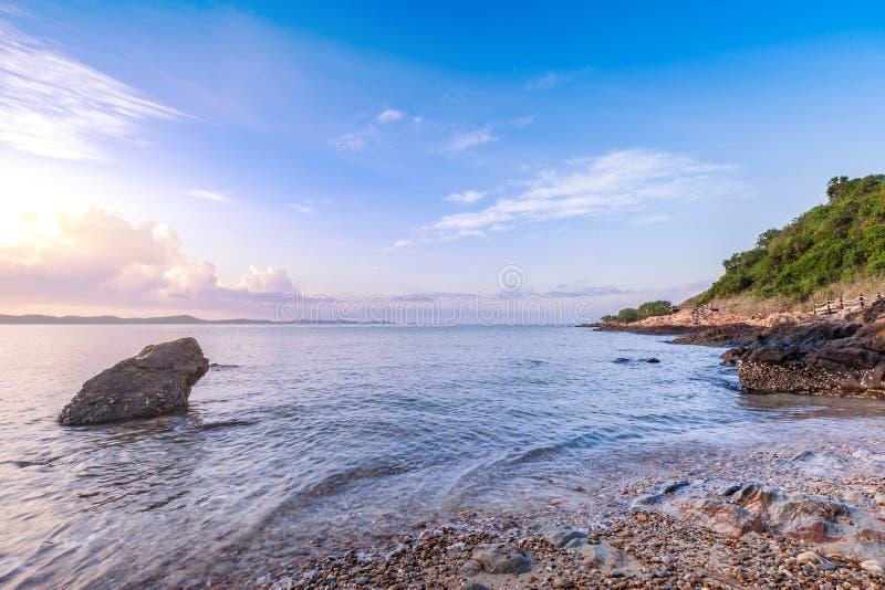 Красивый seashore с деревянным ландшафтом моста и горы дорожки стоковые изображения