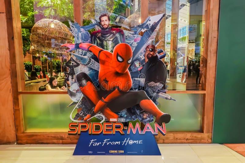 Красивый standee фильма вызвал Паук-Человека: Далеко от домашнего дисплея на кино для того чтобы повысить фильм стоковое фото rf