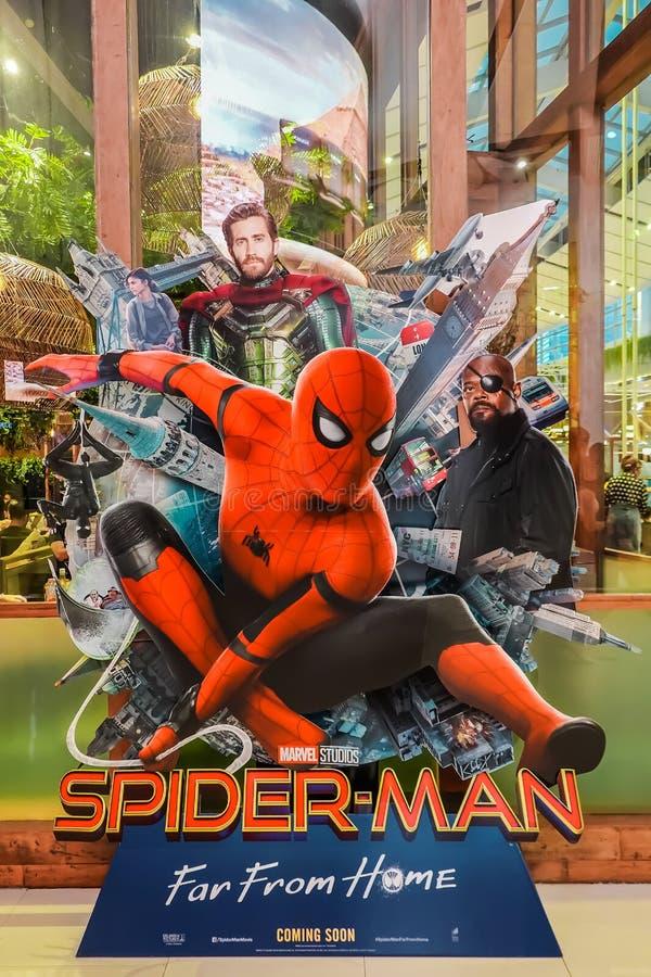 Красивый standee фильма вызвал Паук-Человека: Далеко от домашнего дисплея на кино для того чтобы повысить фильм стоковые изображения rf