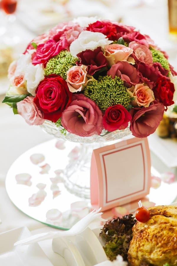 Красивый tenderless букет на таблице свадьбы, в вазе стоковые фото