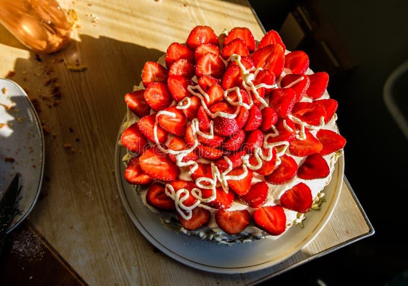 Красивый yummy торт с клубниками и взбитой сливк стоковые изображения rf
