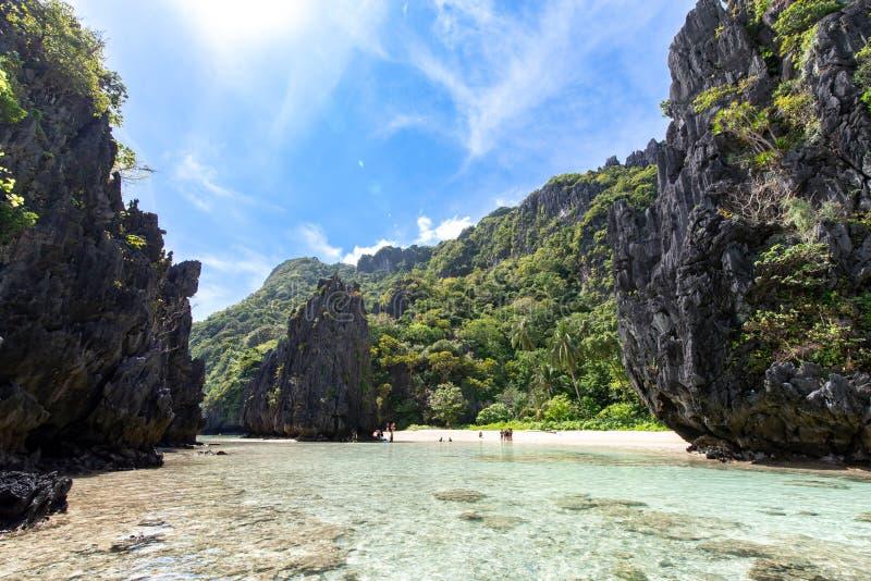 Красивым пляж спрятанный ландшафтом в nido El, Palawan стоковые изображения