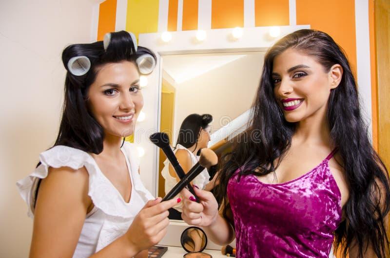 2 красивых девушки в салоне красоты стоковые фотографии rf