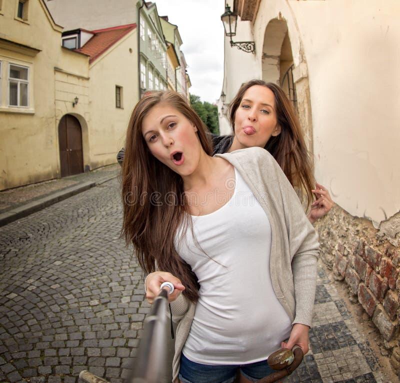 2 красивых девушки принимая selfie стоковая фотография