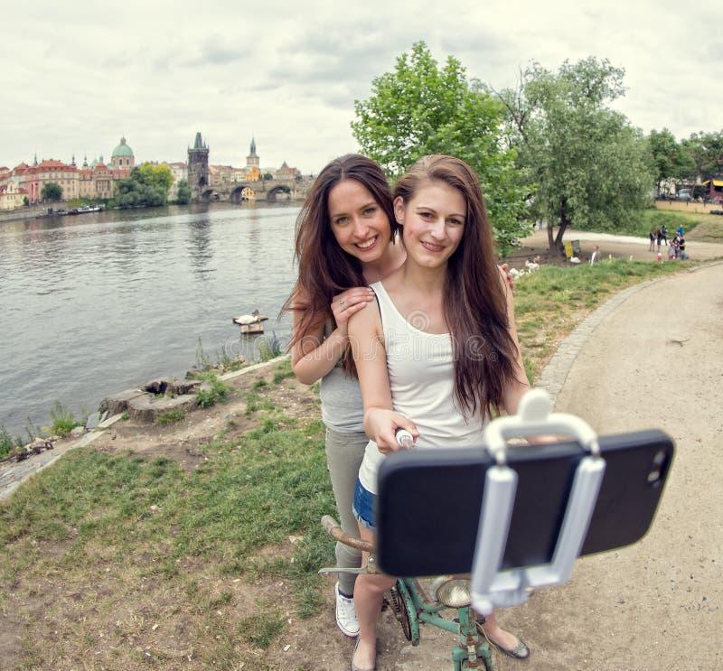 2 красивых девушки принимая selfie стоковое фото rf