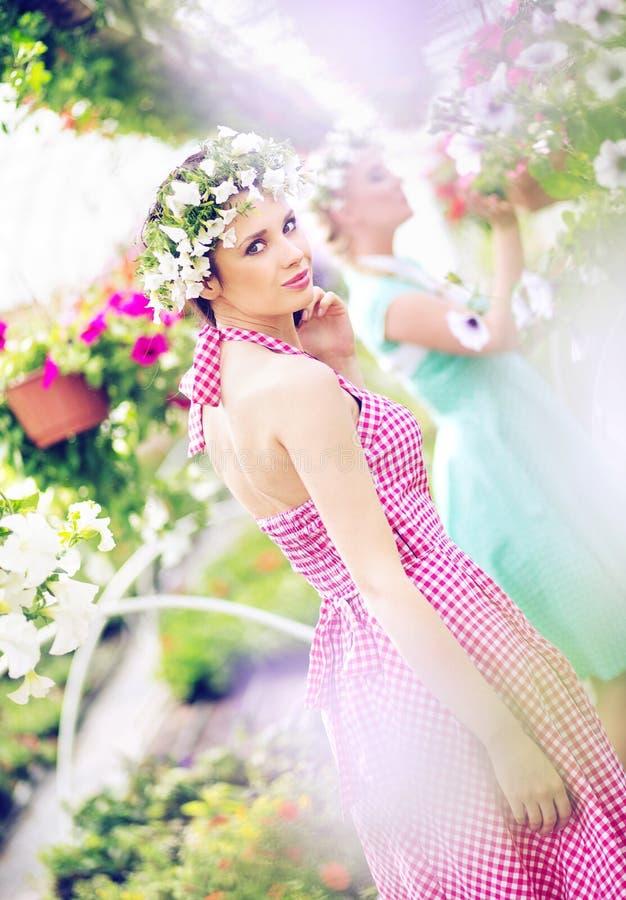 2 красивых женщины в огромном саде стоковые изображения