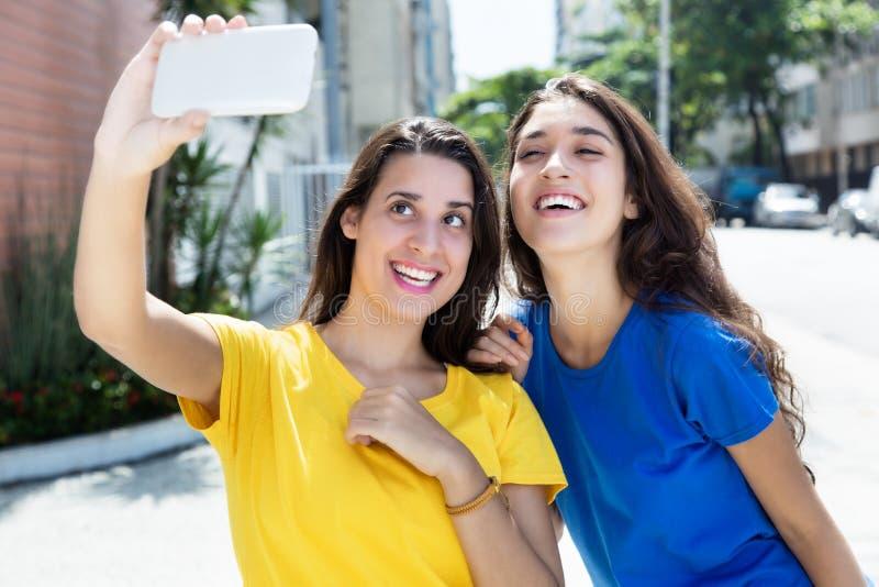 2 красивых кавказских девушки принимая selfie стоковое изображение