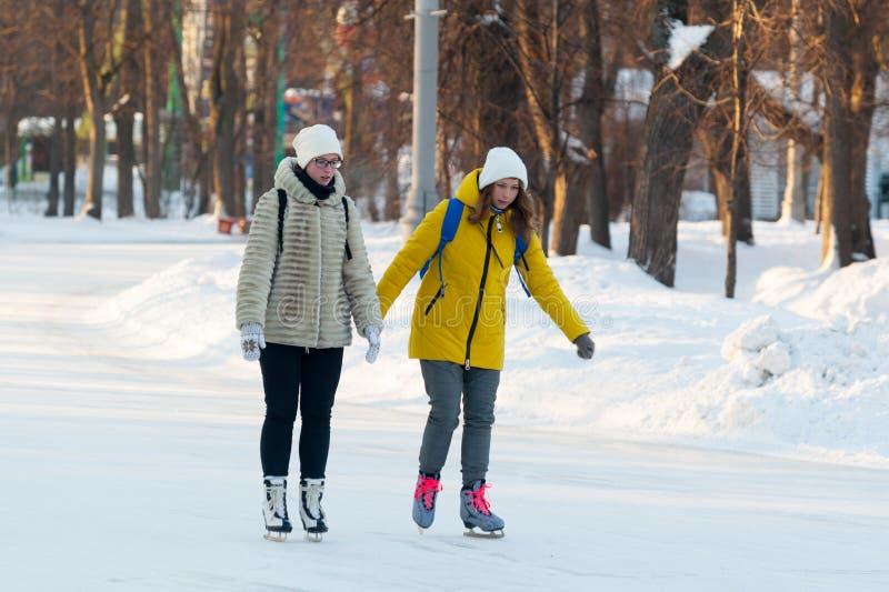 2 красивых маленькой девочки катаясь на коньках в парке 23 Sokolniki 01 2019 стоковое изображение rf