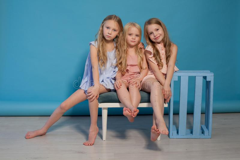 3 красивых платья маленьких девочек фасонируют сестер портрета стоковые фотографии rf