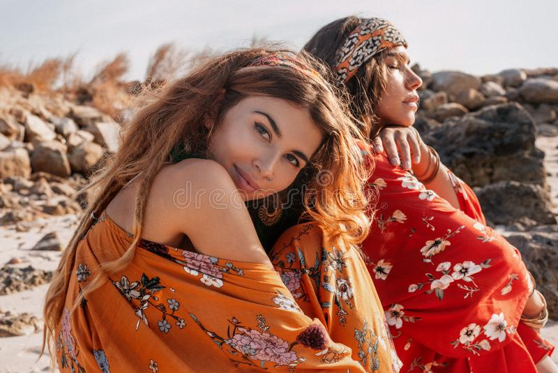 2 красивых стильных модели boho outdoors стоковое фото rf