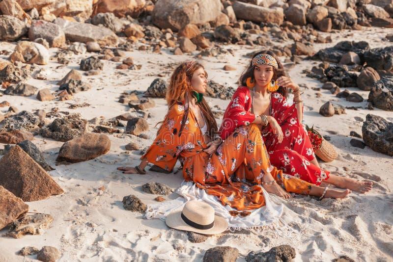 2 красивых стильных модели boho outdoors стоковые изображения rf