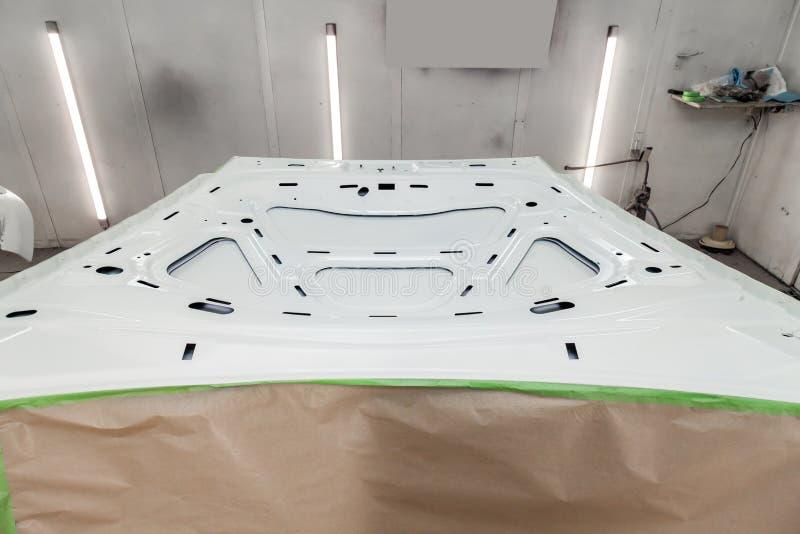 Красить и сушить в профессиональной коробке частей тела автомобиля после приложения замазки и краски на внутреннем бортовом клобу стоковое изображение rf