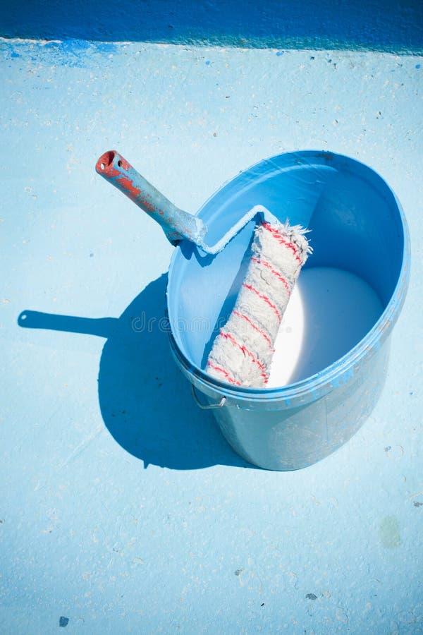 Красить огромный голубой бассейн Бассейн работника обслуживания стоковая фотография