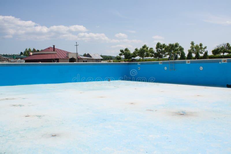 Красить огромный голубой бассейн Бассейн работника обслуживания стоковая фотография rf