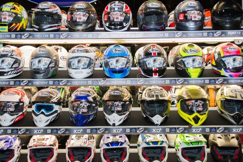 Красит шлемы мотоцикла на дисплее стоковые фотографии rf