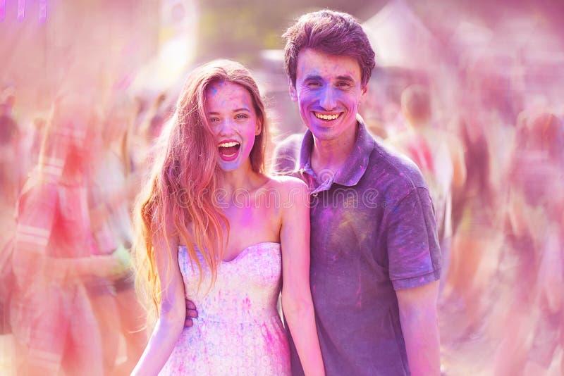 красит holi празднества Портрет довольно молодых пар на holi красит фестиваль Девушка и мальчик с красочным длинным розовым и гол стоковое изображение