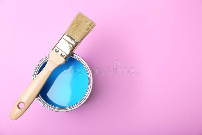 Краска может и щетка на розовой предпосылке стоковая фотография rf
