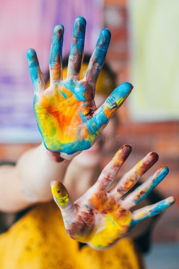 Краска рук художника отдыха потехи голубая желтая стоковые изображения