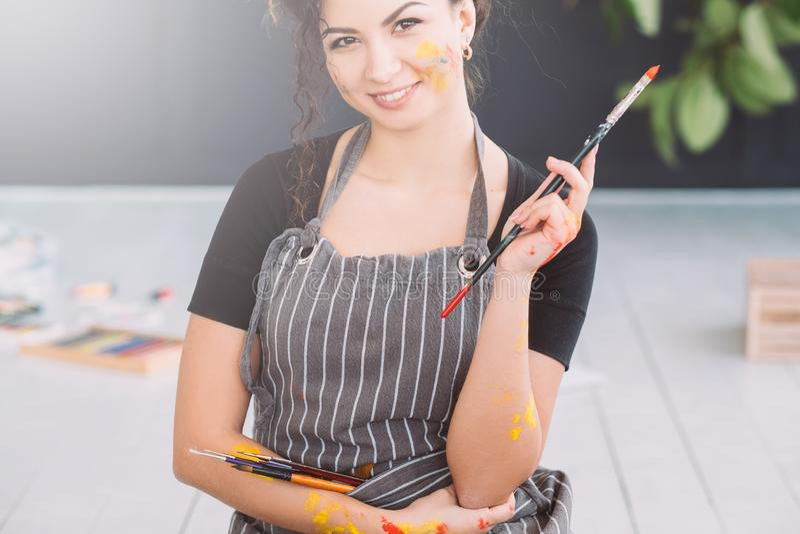 Краска талантливой дамы образа жизни художника красочная стоковое изображение