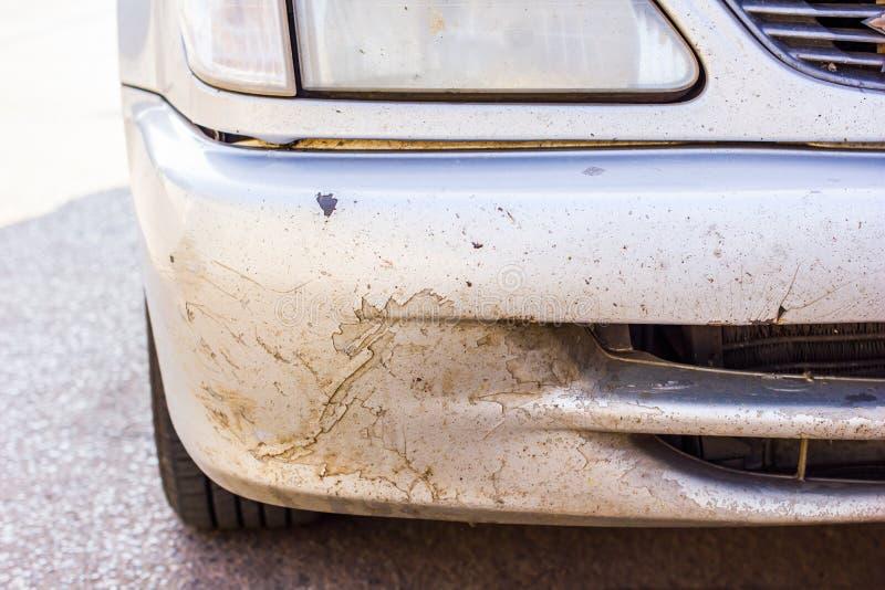 Краска треснутая и шелушение на старом автомобиле стоковое фото