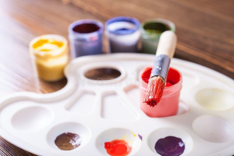 Краски и щетка стоковая фотография rf