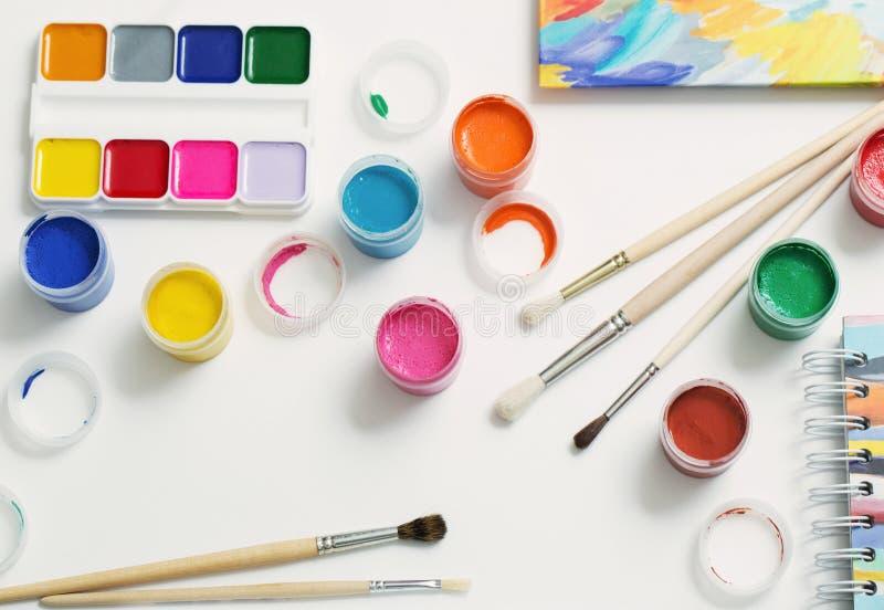 Краски и щетки на бумаге стоковые изображения