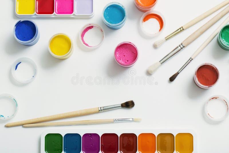 Краски и щетки на бумаге стоковое изображение