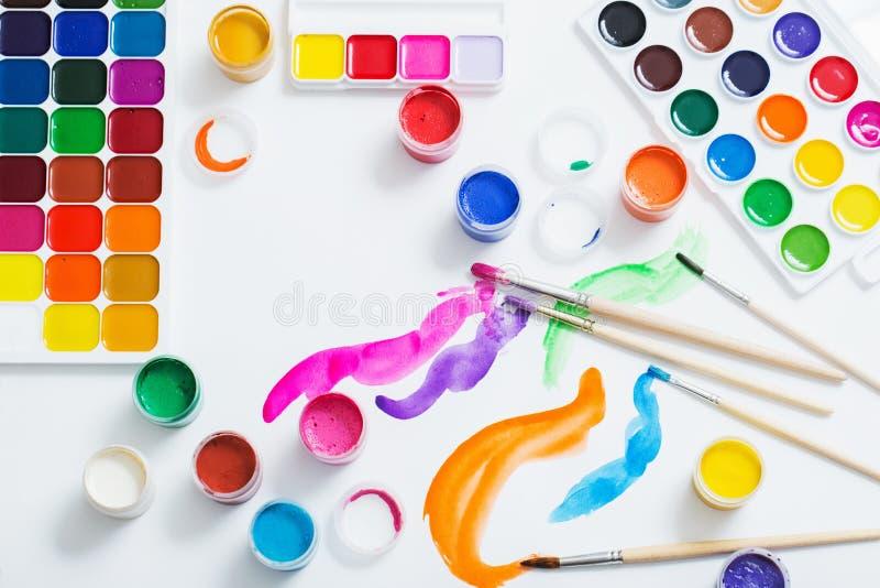 Краски и щетки на бумаге стоковые изображения rf
