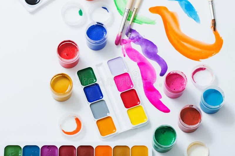 Краски и щетки на бумаге стоковая фотография rf