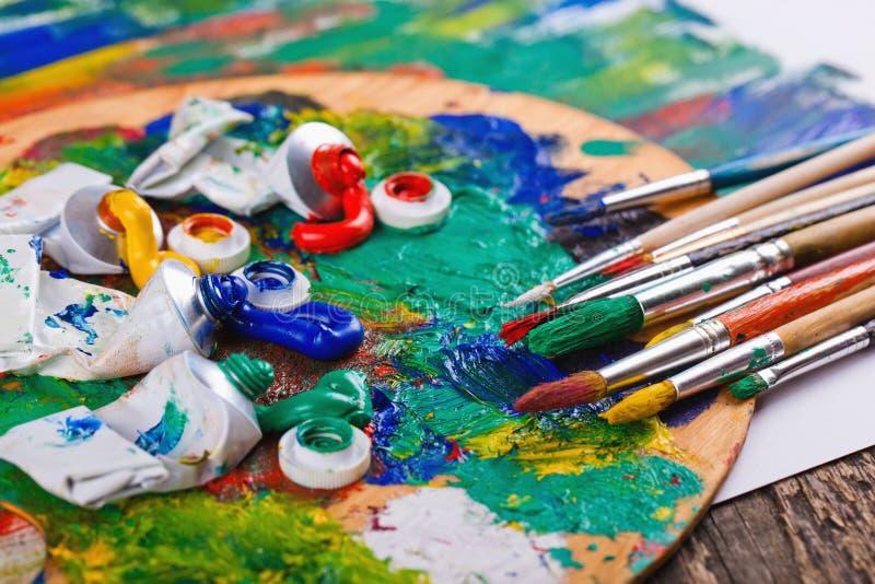 Краски и щетки стоковое изображение rf