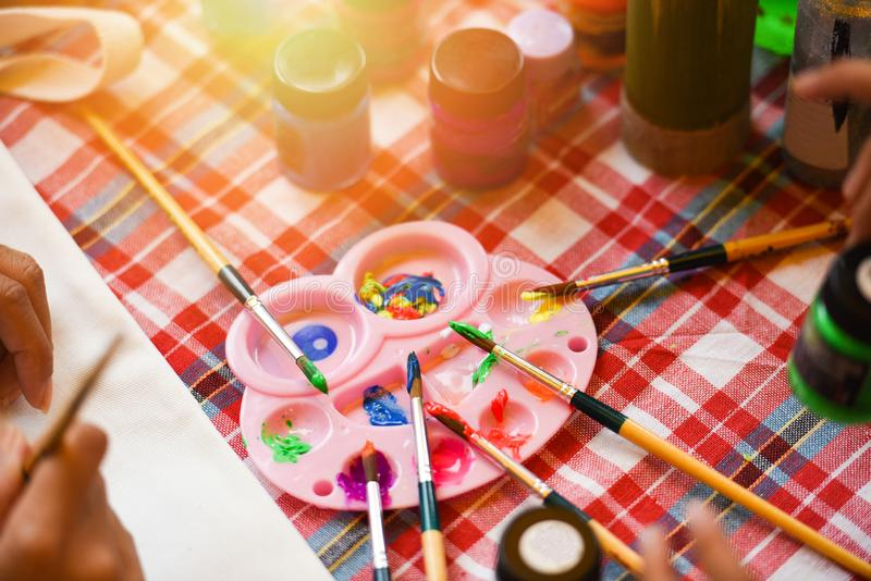 Краски палитры и акварели кистей на таблице - притяжка образования искусства и концепция краски стоковые изображения rf