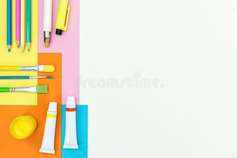 Краски, щетки, покрасили crayons, ручки, бумагу альбома на белом des стоковое изображение