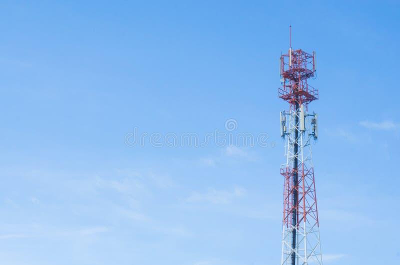 Красная башня антенны с предпосылкой голубого неба стоковые изображения rf