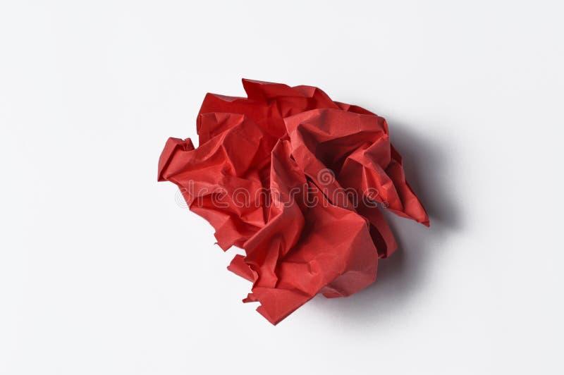 Красная бумага сморщила изолированный на белой предпосылке r стоковая фотография rf