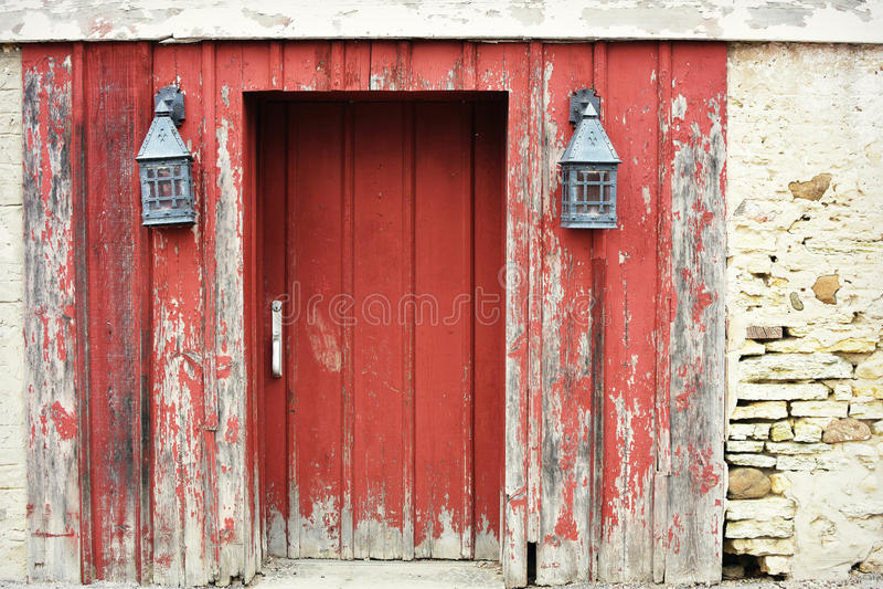 Красная дверь амбара с фонариками стоковое фото rf