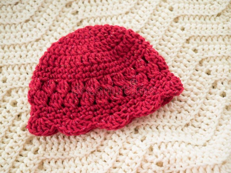 Красная вязать крючком крючком шляпа младенца стоковое фото