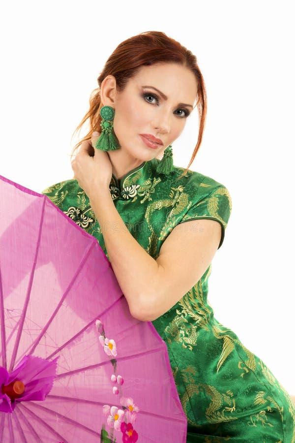 Красная головная женщина в азиатском платье с розовым зонтиком стоковая фотография rf