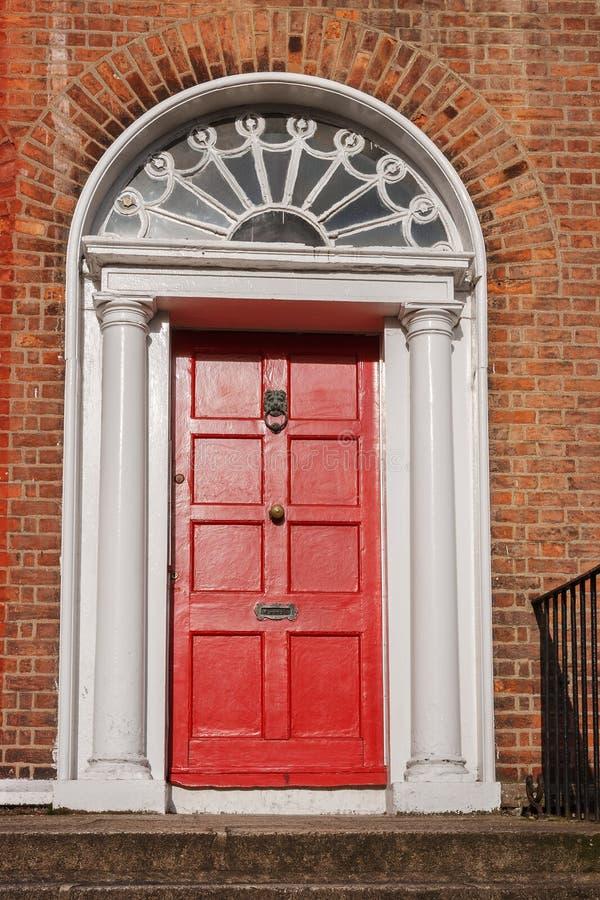 Красная дверь. Дублин, Ирландия стоковое изображение