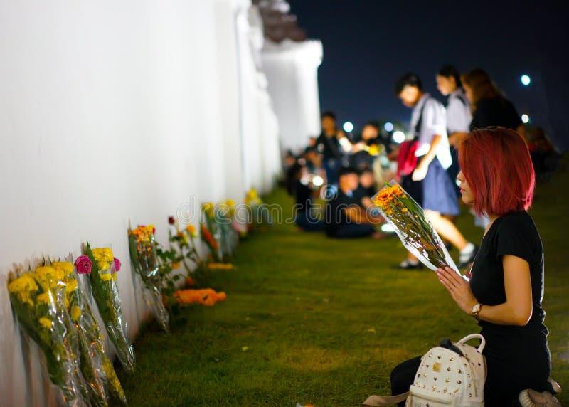 Красная девушка волос в церемонии для того чтобы поклониться король Rama 9 стоковые фотографии rf