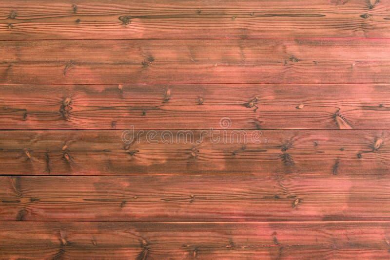 Красная деревянная стена планки с видимыми узлами в древесине стоковая фотография rf