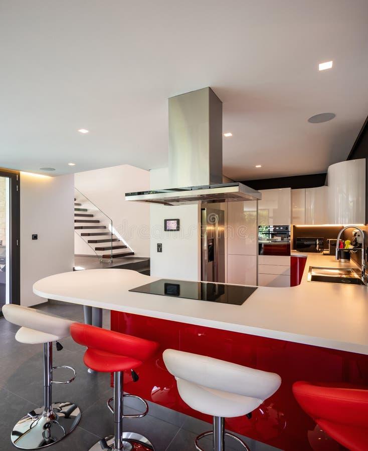 Красная деталь кухни в современной вилле стоковое фото